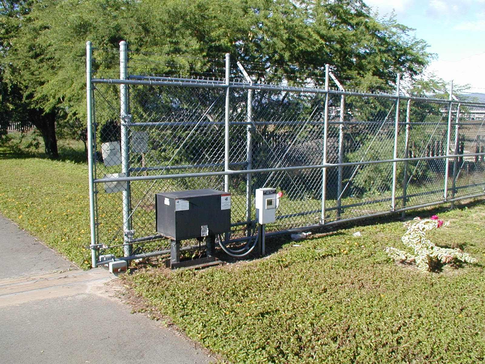 Chain-Link-Slide-Gate-Barbed-Wire-2